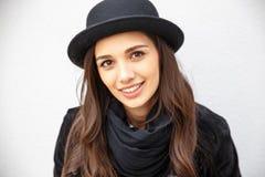 Uśmiechnięta miastowa dziewczyna z uśmiechem na jej twarzy Portret jest ubranym rockowego czerń styl ma zabawę w mieście outdoors Zdjęcie Stock