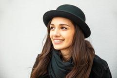 Uśmiechnięta miastowa dziewczyna z uśmiechem na jej twarzy Portret jest ubranym rockowego czerń styl ma zabawę w mieście outdoors Zdjęcie Royalty Free