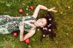 Uśmiechnięta miedzianowłosa alternatywna dziewczyna z ogolonymi spacerami w Pogodnym Jabłczanym sadzie na Pogodnym letnim dniu obraz royalty free