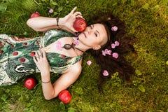 Uśmiechnięta miedzianowłosa alternatywna dziewczyna z ogolonymi spacerami w Pogodnym Jabłczanym sadzie na Pogodnym letnim dniu fotografia royalty free