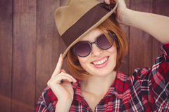 uśmiechnięta modniś kobieta jest ubranym trilby i okulary przeciwsłonecznych Obrazy Royalty Free