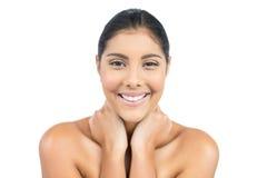 Uśmiechnięta naga brunetka trzyma jej szyję Zdjęcie Stock