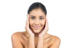 Uśmiechnięta naga brunetka z rękami na twarzy Obrazy Royalty Free