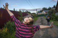 Uśmiechnięta nastoletnia dziewczyna w czerwonej pasiastej koszulowej pozyci na stre Zdjęcia Royalty Free