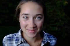 Uśmiechnięta nastoletnia dziewczyna z głębokimi niebieskimi oczami Zdjęcia Royalty Free