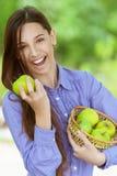 Uśmiechnięta nastoletnia dziewczyna z koszem Fotografia Stock