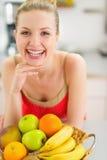 Uśmiechnięta nastoletnia dziewczyna z talerzem owoc Fotografia Royalty Free