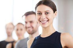 Uśmiechnięta nastoletnia gimnastyczka fotografia stock