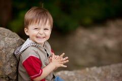 Uśmiechnięta nieśmiała chłopiec Zdjęcie Royalty Free