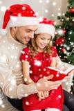 Uśmiechnięta ojca i córki czytelnicza książka Zdjęcie Stock