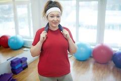 Uśmiechnięta Otyła kobieta po treningu w sprawności fizycznej studiu obraz royalty free