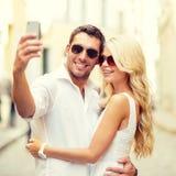Uśmiechnięta para bierze selfie z smartphone Fotografia Stock