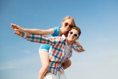 Uśmiechnięta para ma zabawę outdoors Obrazy Royalty Free