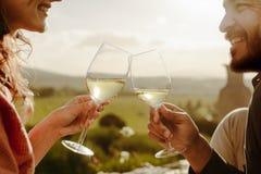 Uśmiechnięta para na wino dacie obraz royalty free