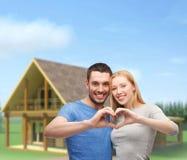 Uśmiechnięta para pokazuje serce z rękami Zdjęcia Stock