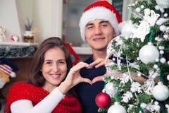 Uśmiechnięta para pokazuje wakacyjnej miłości Zdjęcia Royalty Free