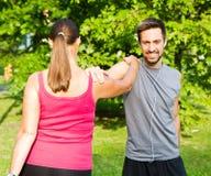 Uśmiechnięta para robi streching w parku Zdjęcie Royalty Free