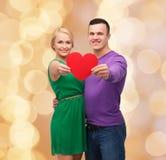 Uśmiechnięta para trzyma dużego czerwonego serce Zdjęcia Stock
