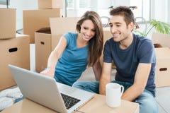 Uśmiechnięta para w ich nowym domu obraz stock