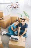 Uśmiechnięta para w ich nowym domu zdjęcia royalty free