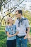 Uśmiechnięta para w miłości outdoors Obrazy Royalty Free