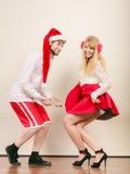 Uśmiechnięta para w Santa Claus kapeluszu Boże Narodzenia Zdjęcie Royalty Free