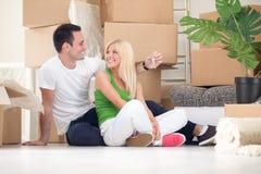 Uśmiechnięta para z kluczem nowy dom Obraz Stock