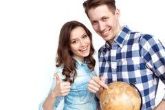 Uśmiechnięta para z kulą ziemską Zdjęcia Stock