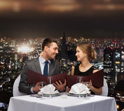 Uśmiechnięta para z menu przy restauracją Obraz Royalty Free