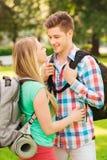 Uśmiechnięta para z plecakami w naturze Zdjęcie Royalty Free