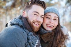 Uśmiechnięta pary pozycja w zima parku Obraz Stock