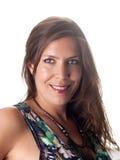 Uśmiechnięta piękna brunetka w lato stroju patrzeje ciebie Fotografia Stock