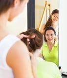 Uśmiechnięta piękna dziewczyna robi fryzurze Obrazy Stock