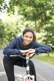 Uśmiechnięta piękna kobieta ćwiczy z bicyklem, plenerowym Obraz Royalty Free