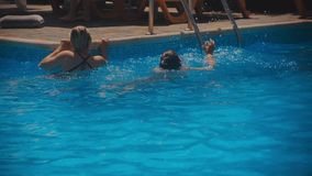 Uśmiechnięta piękna kobieta i jej śliczny dziecko w basenie Portret szczęśliwa rodzina relaksuje wpólnie - mieć zabawę zdjęcie wideo