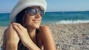 Uśmiechnięta piękna kobieta sunbathing na plaży zbiory wideo