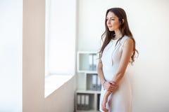 Uśmiechnięta piękna młoda biznesowa kobieta w biurze obraz stock