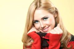Uśmiechnięta piękna młoda blondynki kobieta Fotografia Stock
