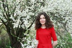 Uśmiechnięta piękna młoda dama jest ubranym czerwień trzy obraz stock