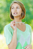 Uśmiechnięta piękna młoda kobieta z szkłami zdjęcie stock
