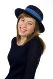 Uśmiechnięta piękna nastoletnia dziewczyna z marynarka wojenna kapeluszem Obrazy Stock
