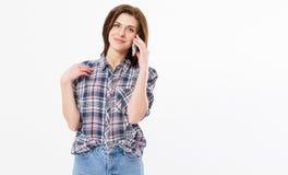 Uśmiechnięta piękna nastoletnia kobieta opowiada na telefonie, szczęśliwa młoda dziewczyna trzyma telefon komórkowego robi odpowi zdjęcia royalty free