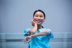 Uśmiechnięta pielęgniarka w szpitalu obrazy stock