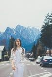 Uśmiechnięta podróży dziewczyny pozycja na drodze Obraz Royalty Free