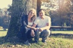 Uśmiechnięta potomstwo para w jesień parku Obraz Royalty Free
