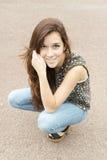 Uśmiechnięta przypadkowa i piękna młoda kobieta pozuje przy kamerą Obraz Stock
