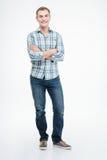 Uśmiechnięta przypadkowa mężczyzna pozycja z rękami składać Fotografia Stock