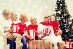 Uśmiechnięta rodzina ściska w domu z prezentami Obraz Royalty Free