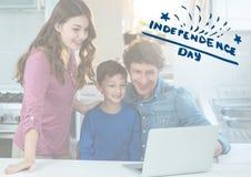 Uśmiechnięta rodzina ogląda laptop dla dnia niepodległości zdjęcie stock