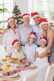 Uśmiechnięta rodzina przy bożymi narodzeniami Fotografia Royalty Free